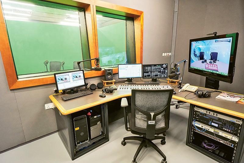 系內的電視台及電台實景設備完善,軟硬件配置達至國際水平。