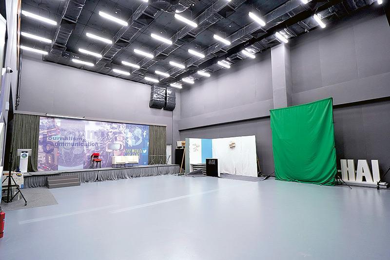 學生能夠在實景場地進行電視新聞節目製作練習。