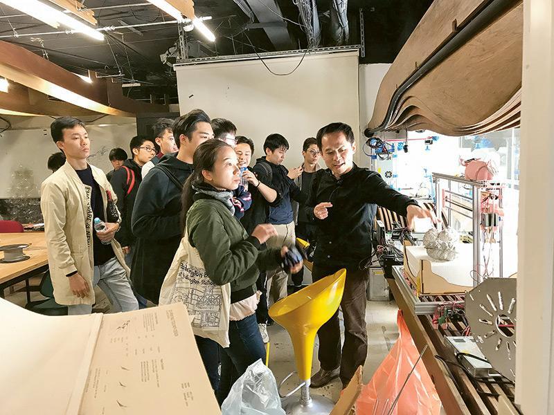 同學藉參加海外交流團拓寬文化知識領域,圖為他們參觀台灣成功大學建築及設計系的建造實驗室。
