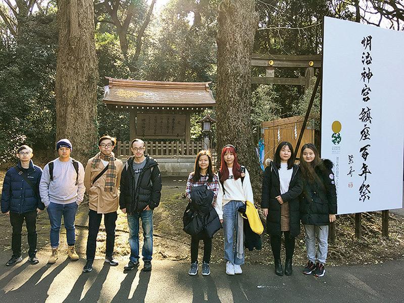 學生到明治神宮參觀。