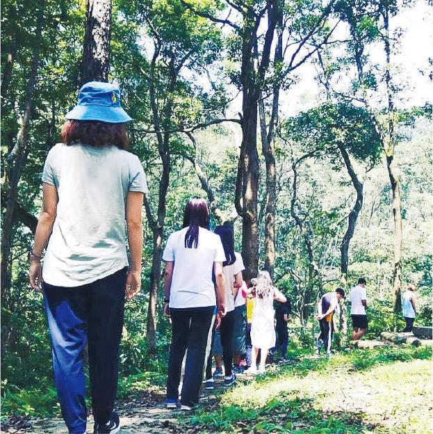 放慢腳步——平常去行山,總是步伐趕急,或者目標為本。參加森林浴時卻要慢慢行,溫和地呼吸,安靜而深入地感受大自然。(受訪者提供)