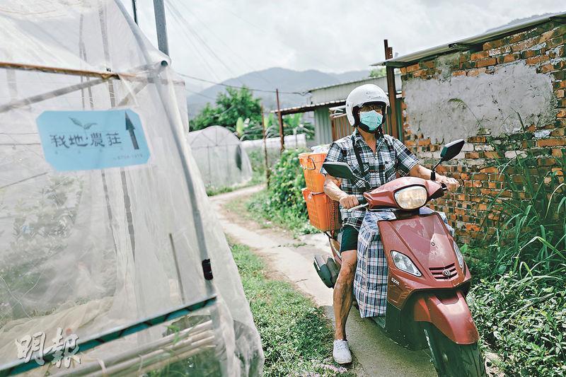 本地農夫黃零在臉上掛上口罩,以「疫情裝」駕電單車到九龍送菜。(蘇智鑫攝)