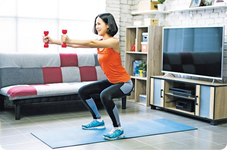 保持體態——想在疫情期間保持體態,可按照自己的需要選擇合適的健身器材,啞鈴體積細小,是不錯的選擇。(torwai@iSotckphoto,設計圖片)