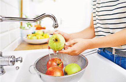 水洗足夠——以流動清水清洗或浸泡蔬果,同時用手攪動製造漩渦,將食材表面的污染物洗走便足夠。(gpointstudio@iStockphoto)