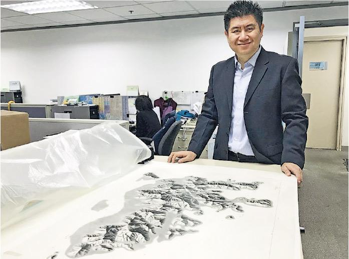 地政總署測繪處製圖師張偉明話,1980年代嘅香港地圖仍以人手繪製,當時該署會派員遠赴海外,學習以鉛筆素描地貌。圖為1980年代港島山形地貌圖。(發展局網頁)