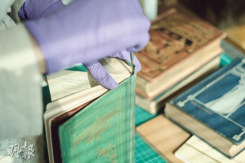 仔細除塵——平日替書籍除塵,可以防止滋生黴菌、細菌。(蘇智鑫攝)