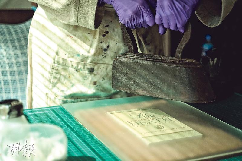 防蟲——建議在書架或書櫃放上天然乾薰衣草包、不含化學成分的樟木條或樟木丸(註:並非樟腦丸)防蟲。(蘇智鑫攝)