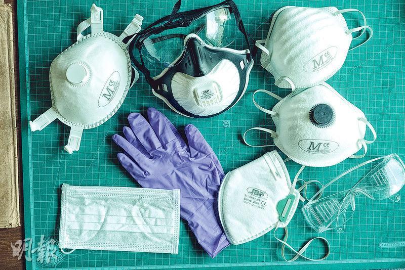 個人防護——由於古書和舊書中含有大量塵埃和黴菌,Jennifer做修復工作時會佩戴高規格的口罩和眼罩。(蘇智鑫攝)
