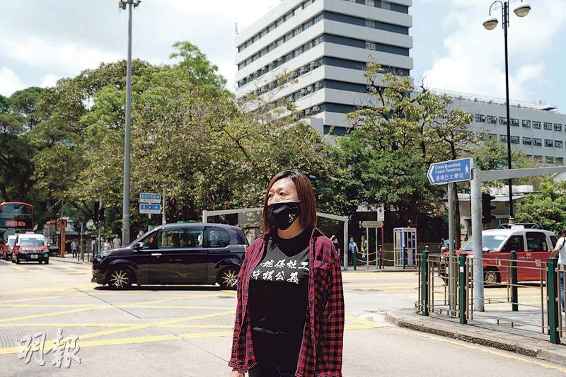 獲選「優秀社工」的香港社會工作者總工會「陣地社工」陳虹秀,常於衝突現場手持米高峰吶喊,調解現場氣氛。她憶述曾在彌敦道與柯士甸道交界 (圖中十字路口 )遭警「搶咪」推跌倒地,稱有防暴警手持警棍作勢要打她,後來有另一名警察拉走該防暴警。(楊柏賢攝)