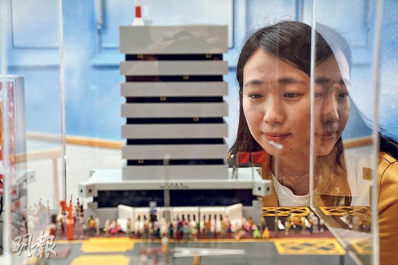 「新秀社工」得獎者之一是香港社會工作者總工會 「OnCall48」被捕支援義務執勤社工楊紫荊。她自去年10月起經常遊游走於多區警署,在大型拘捕後與被捕者家長一同「叩門」查詢情况及提供情緒支援;同工特意製作圖中模型送給她,模型主要模擬當時警署外情况,多名被捕者家長於警署「水馬」外等候消息。 (楊柏賢攝)
