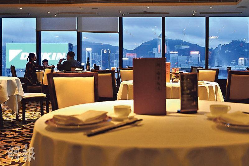 位於尖沙嘴iSQUARE國際廣場的「阿一海景飯店」,老闆陳志豪說現時市民晚上外出用膳意欲不大,晚市仍較淡靜。(賴俊傑攝)