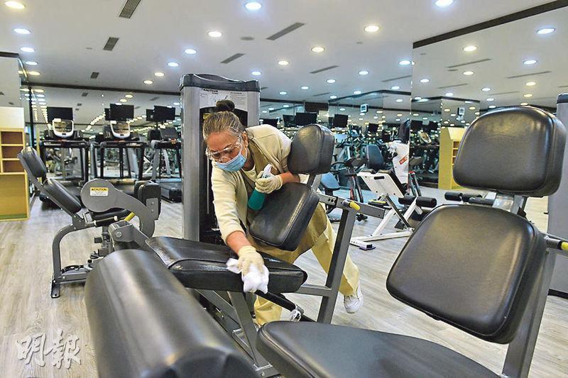 疫情緩和下,健身室可於5月8日重開,有健身室加緊清潔準備。(林若勤攝)