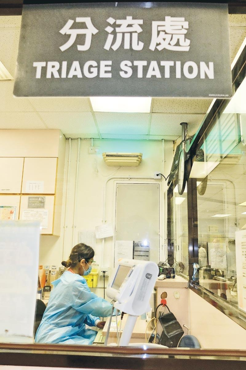急症室護士負責分流、量度生命表徵、傷口處理、縫針、協助急救、打針等職務;若遇上緊急事故,更要參與緊急應變隊的工作。(相片來源:明報JUMP)
