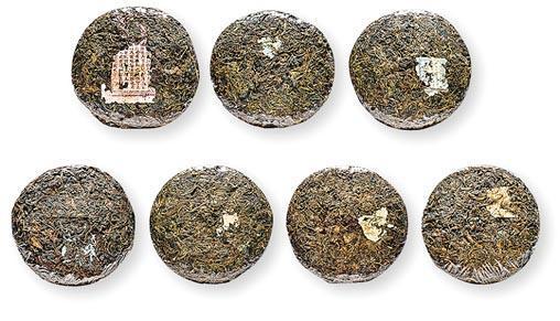 1910至1940年代「號」字級一條龍•古董普洱圓茶——數量:共7片。總重量:約2150克。估價:$6,800,000至$12,000,000。成交價:$10,030,000。特色:「號」字級普洱茶指清末至解放初期私人茶號出品的普洱茶,當時私人茶莊以「號」來命名。「號」字級有百年歷史,是茶人夢寐而求的珍品。(保利香港提供)