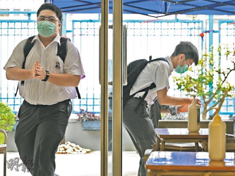 衛理復課分流初高中上下午回校 英華小學書桌裝防飛沫膠板