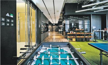工作休閒並重——2015年9GAG於荃灣租下這個7000呎辦公室,偌大空間劃分工作區和休憩區,讓員工隨時鬆一鬆。(受訪者提供)