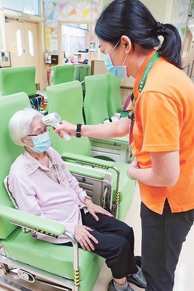 駱耀文表示,疫情期間若長者無人照顧,仍可到中心,前線同事也會做足防疫措施。