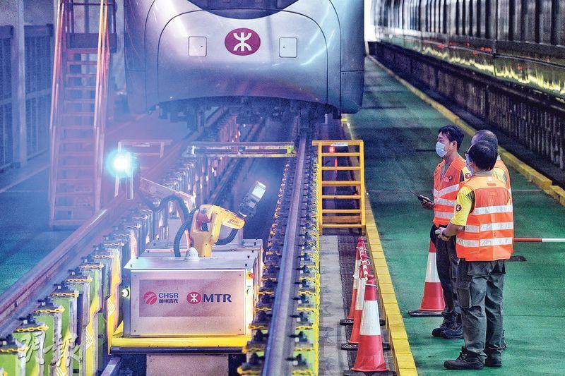 港鐵斥400萬引入機械人 檢查車底站內引路