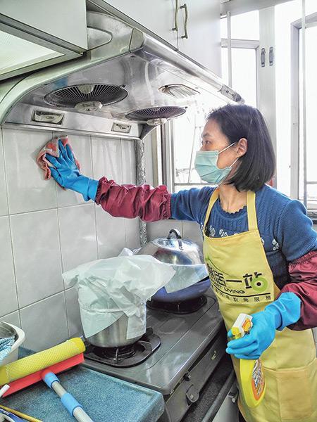 家務助理、陪月員在疫情下工作,應事前跟僱主保持溝通、申報,以及做好防疫措施,工作配對、工作過程更安心。