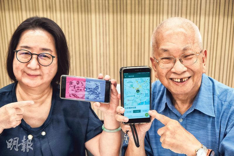 長者進階數碼培訓計劃目標兩年有一萬名長者參與,67歲的鍾少玲(左)和82歲的John(右)多次參加不同課程,少玲學會了以手機應用程式剪片,John則學到在即時通訊軟件中分享實時位置,方便他與茶友會面。(馮凱鍵攝)