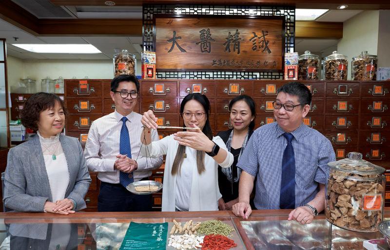 香港大學專業進修學院(HKU SPACE)一直致力為在職及有志投身中藥配劑業人士提供理論與實踐並重的進修課程。