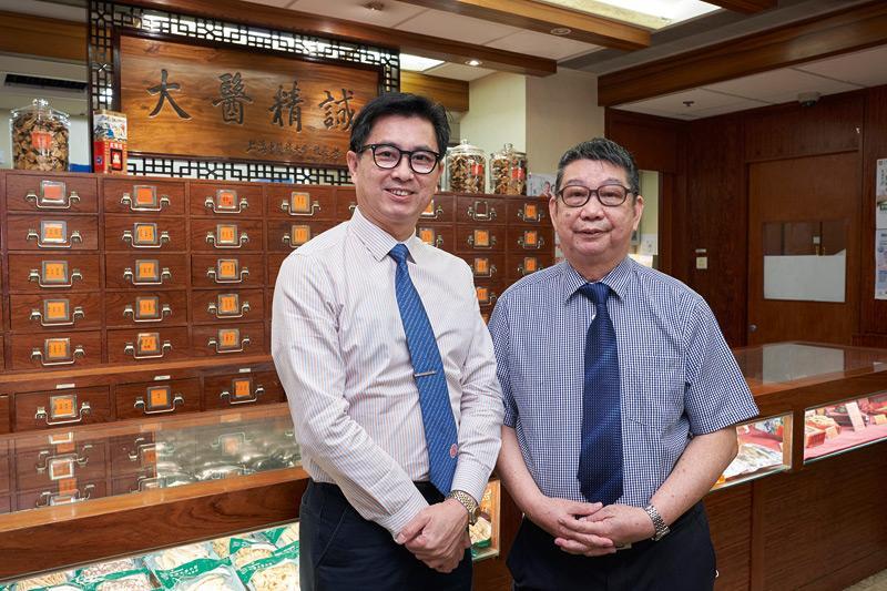 香港中藥學會榮譽會長徐錦全(左)及香港中藥從業員協會副主席何發怡(右)