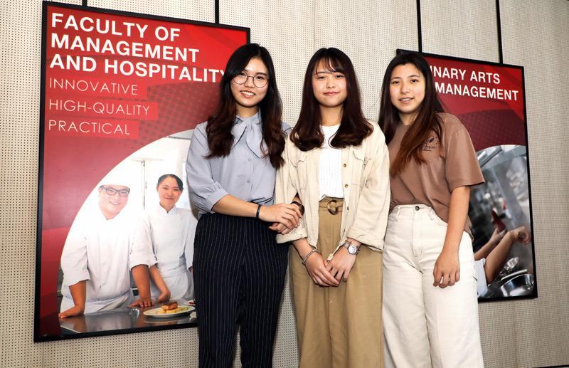 同樣愛吃的(左起)黃潁恩、余巧琳(Jan)及馮智慧(Angel),不約而同修讀了香港高等教育科技學院(THEi)的「廚藝及管理(榮譽)文學士」課程,現已鎖定向餐飲管理、開設網上蛋糕店的目標出發。