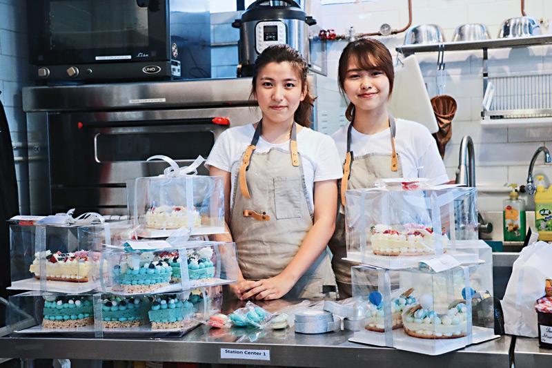 兩個愛吃愛煮的女孩余巧琳Jan(右)及馮智慧Angel(左)在THEi迎新活動中認識並結為好友,二人於2018年創業,開設網店售賣自家設計的字母蛋糕。