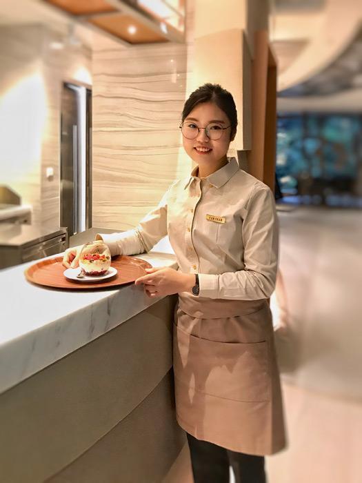 喜歡美食的陳潁恩當初決定報讀THEi的「廚藝及管理(榮譽)文學士」課程,曾到迪士尼酒店、馬會實習,畢業已獲馬會聘任為督導見習生。
