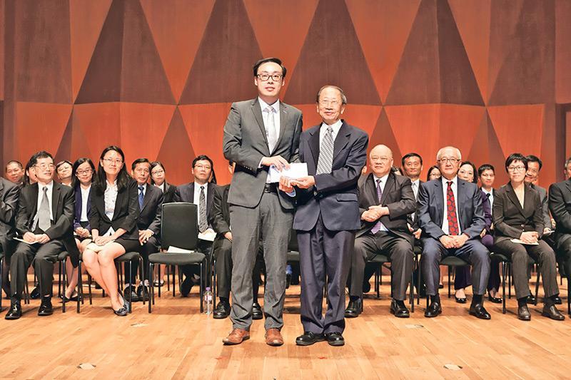 香港科技專上書院(HKIT)毅進文憑課程主任朱曉恩(前排左)