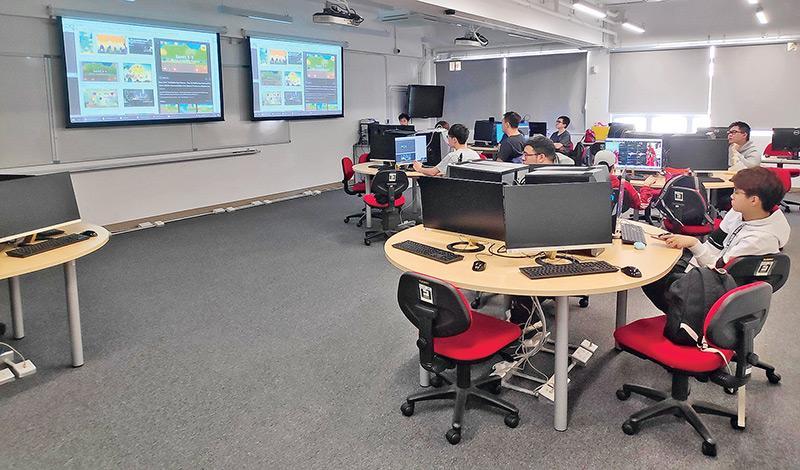 「智能手機程式及遊戲設計」選修科目群組學員均可以一人一機,增加課堂實習的機會。