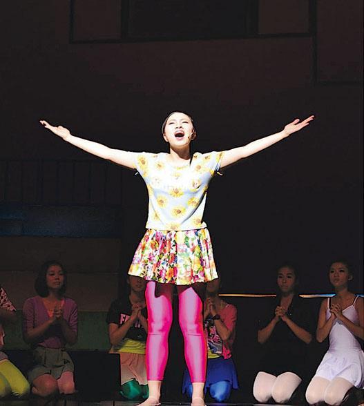 Chloe第一次參演的音樂劇是經典劇目《我要高飛》(Fame),她在劇中飾演超重而又熱愛跳舞的舞蹈員Mabel Washington。故事講述演藝工作者的追夢過程,情節感人,笑中帶淚。是次演出後更令她鍾情音樂劇,望在台上發光發亮 。(受訪者提供)