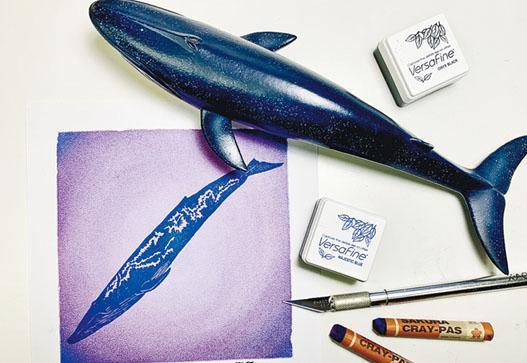 工藝師Emma和陳敏婷合作,讓海洋印章與和諧粉彩結合,展覽中以畫作及擴增實境(AR)技術講解鯨豚在海洋污染下的困境。(受訪者提供)