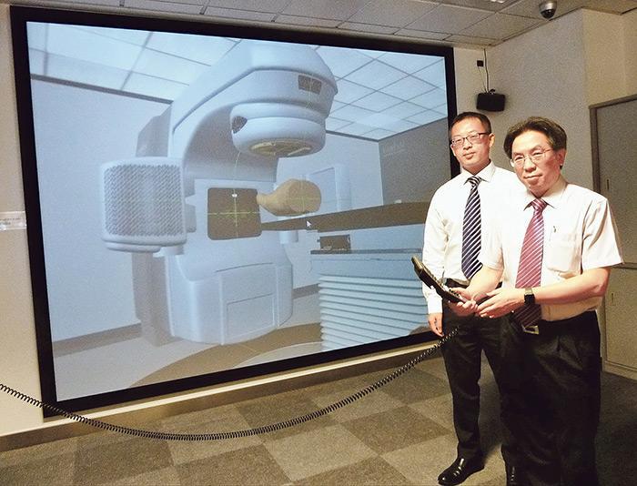 為培訓更多醫學物理學家,理大開辦相關碩士課程,葉社平教授(右)及蔡璟教授(左)表示,學生需接受跨學科訓練,並學習不同的醫療設備及軟件的操作運用。