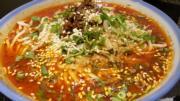 蘭芳麵食館的「蘭芳小麵」,聲稱用上18種辛香料特調醬汁製成,散發很香的芝麻味。(葉明傑攝)