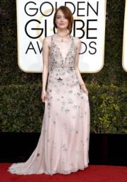 愛瑪史東(Emma Stone)選擇Valentino作為戰衣,加上Tiffany的首飾, 簡單而隆重。