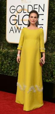 準備再做媽媽的妮坦莉寶雯(Natalie Portman)穿著Prada長裙,看來密實,但更突顯她高貴的一面。