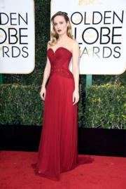 去年的影后、《抖室》貝兒娜森(Brie Larson)穿著Rodarte紅裙,顯得神采飛揚。