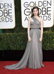 安娜簡德烈(Anna Kendrick)選擇了灰色的Vionnet晚裝出席金球獎頒獎禮。