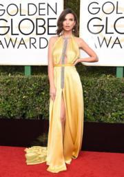 《失蹤罪》女星Emily Ratajkowski穿著Reem Acra的中空裝。