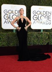 剛誕第二胎的「死侍嫂」碧琪麗芙莉(Blake Lively),以Atelier Versace晚裝襯Lorraine Schwartz珠寶,令尚未完全收身的她突出了優點。