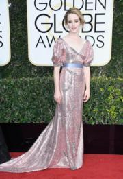 嘉莉霍爾(Claire Foy)憑《王冠》封視后,選擇了Erdem晚裝的她,同樣突出。
