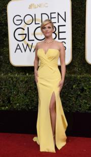 擔任頒獎嘉賓的麗絲韋達絲潘(Reese Witherspoon)以黃色Atelier Versace配襯Tiffany首飾,相當搶眼。