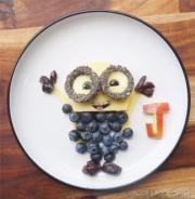 利用芝士三文治、藍莓、青瓜及蘋果整成的「Minions」(jacobs_food_diaries Instagram圖片)