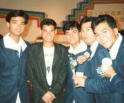 無綫第15期藝員訓練班畢業照,黃智賢(左二)是旁聽生,還有畢業生林家棟(中)與黃德斌(右二)。