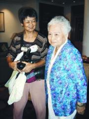 發媽 (右) 由女兒周聰玲陪同出席活動。