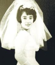 李嘉欣媽媽年輕時的婚紗照,她樣貌標緻,散發優雅氣質。