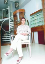 星媽十分有生意頭腦,曾經開過新派眼鏡店。