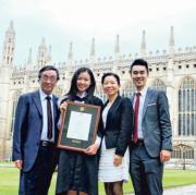 麥明詩(左二)在劍橋畢業,當時與父母、兄長合照留念。