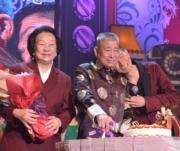 劉爸爸切蛋糕、劉媽媽捧花笑得開心,劉德華如小朋友般倚在爸爸肩膊好溫馨。